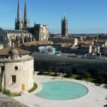 la cour intérieur de l'ENM Bordeaux, avec la Tour des Minimes devant son miroir d'eau